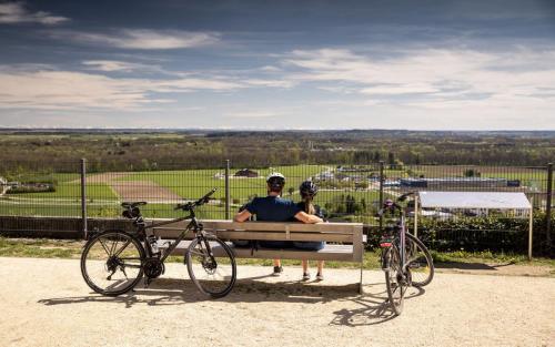 Fahrradfahren Landkreis Neu-Ulm Elchingen Paar Tourismus Freizeit Urlaub Aussicht Alpen