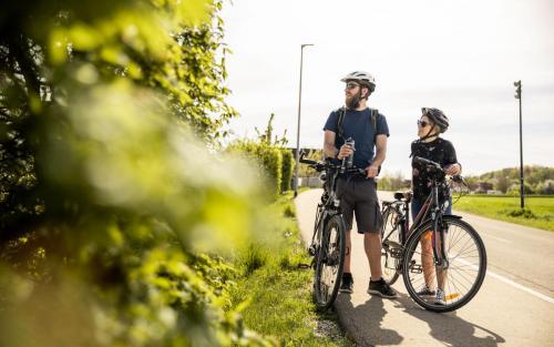 Fahrradfahren Landkreis Neu-Ulm Elchingen Paar Tourismus Freizeit Urlaub grün Hecke