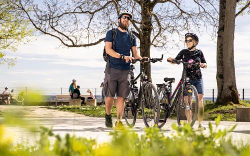 Fahrradfahren Landkreis Neu-Ulm Elchingen Paar Tourismus Freizeit Urlaub grün