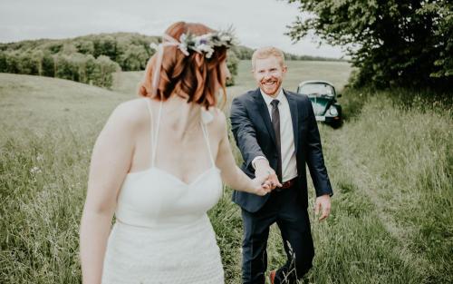 Hochzeitsfotograf Ulm Lonsee VW Käfer Brautpaarshooting Ettlenschiess Regen boho