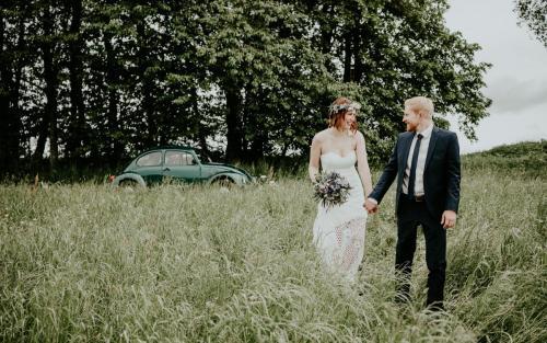 Hochzeitsfotograf Ulm Lonsee VW Käfer Brautpaarshooting Ettlenschiess Regen
