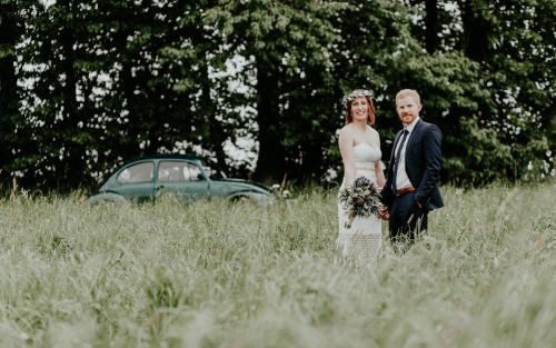 Hochzeitsfotograf Ulm Lonsee VW Käfer Brautpaarshooting Ettlenschiess Regen posing