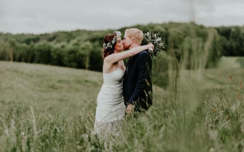 Hochzeitsfotograf Ulm Lonsee VW Käfer Brautpaarshooting Ettlenschiess Regen Wiese