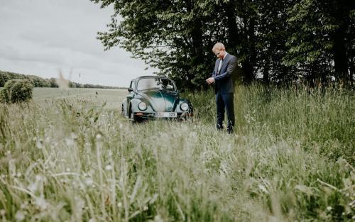 Hochzeitsfotograf Ulm Lonsee VW Käfer Brautpaarshooting Ettlenschiess Regen Bräutigam getting-ready