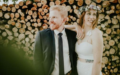 Hochzeitsfotograf Ulm Lonsee VW Käfer Brautpaarshooting Holz Landschaft Posing