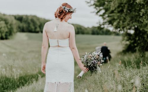 Hochzeitsfotograf Ulm Lonsee VW Käfer Brautpaarshooting Ettlenschiess Regen Braut Boho