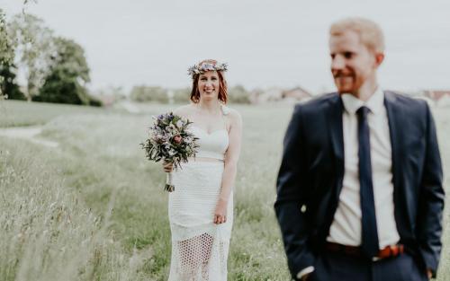 Hochzeitsfotograf Ulm Lonsee VW Käfer Brautpaarshooting Ettlenschiess Regen first-look braut boho