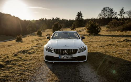 Mercedes-AMG C63 Cabrio Fotoshooting Natur V8 weiss Ulm Schwäbische Alb Autofotograf Front Panamericana-Grill